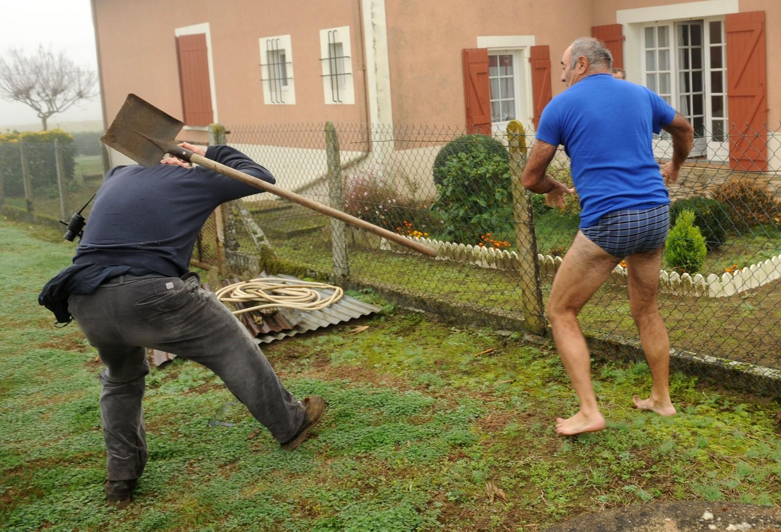 Et medlem av fuglebeskyttelsesorganisajonen LPO (Ligue pour la Protection des Oiseaux) blir angrepet med spade under et besøk hos en mann der det skal være funnet fuglefeller. LPO gikk til aksjon mot flere private adresser etter mistanker om tyvjakt på fink i Audon, sør-vest i Frankrike 9. november.