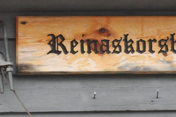 Skiltet på Reinaskorsbu Turisthytte - Foto: Bergen Turlag