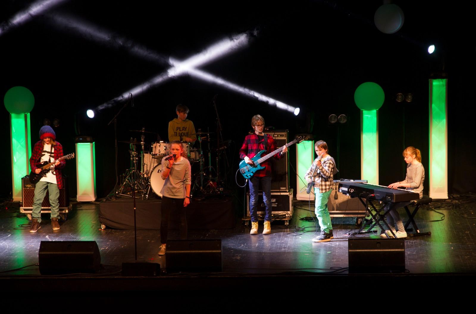 """LUSTER: Jone Hovland Vigdal, Kristi Bjørhusdal, Martin Hovland Vigdal, Rasmus Tennø Loe, Tora Bjørhusdal og Vebjørn Viem Elvekrok kallar seg """"The Green Pants"""" og framførte """"Slakt"""""""