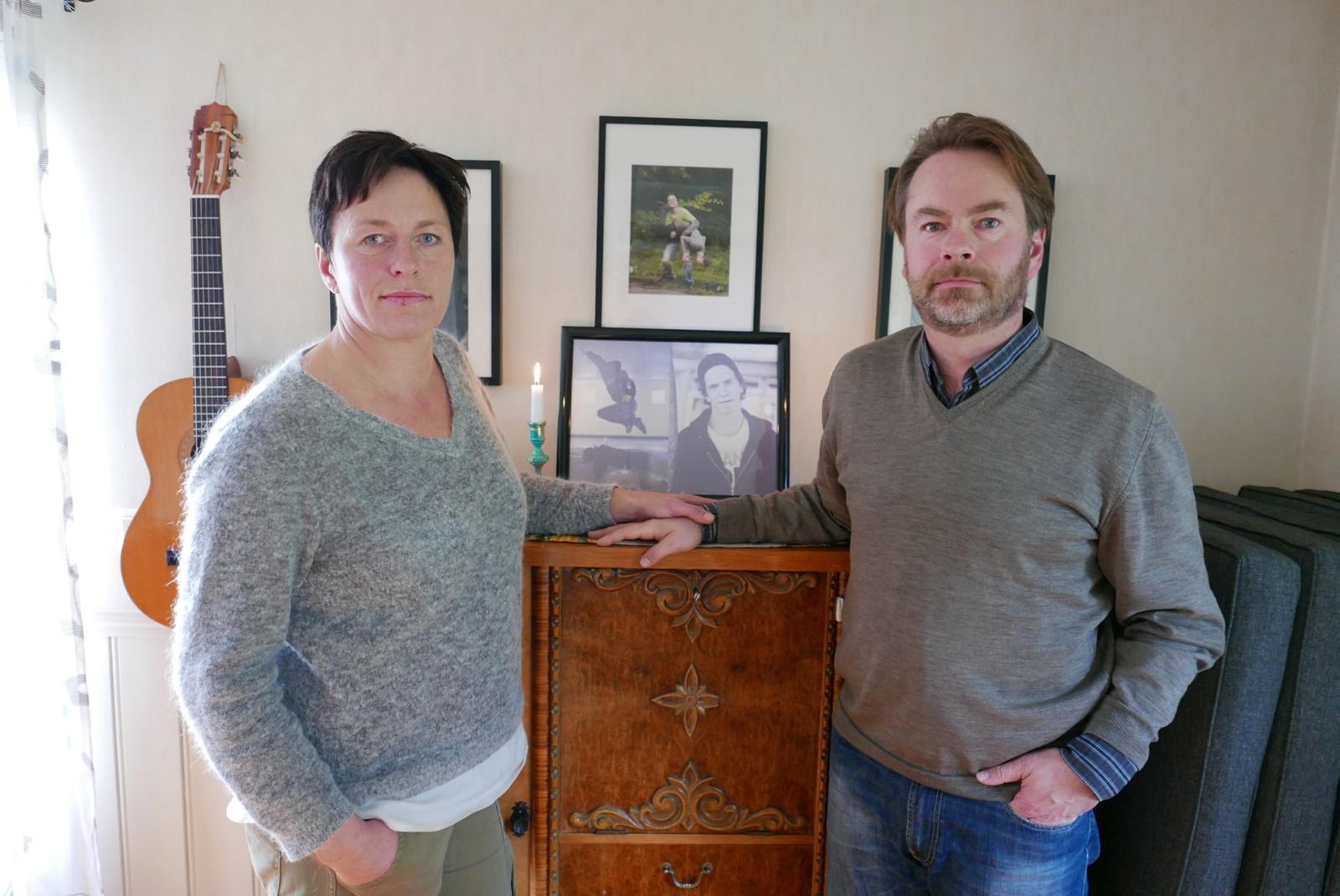STORT SAVN: Trond Nikolaisen og Sigrun Omsland Nikolaisen mistet sønnen sin Petter. Sønnen ble bare 22 år gammel og savnet er stort.