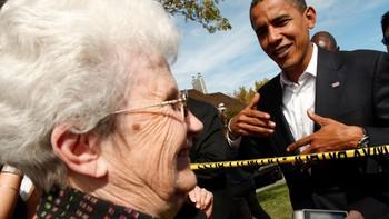 Barack Obama snakker med en tilhenger i Oregon