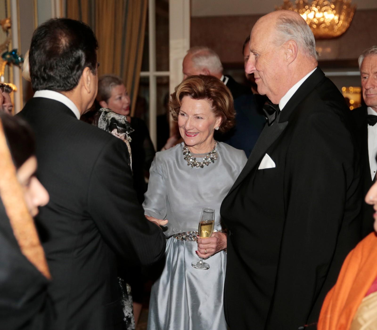 HILSEN: Dronning Sonja hilser på Pakistans tidligere statsminister Yousaf Raza Gilani.