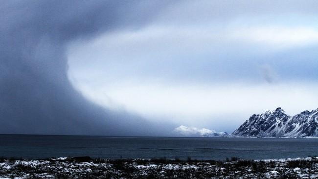Polart lavtrykk over Lofoten