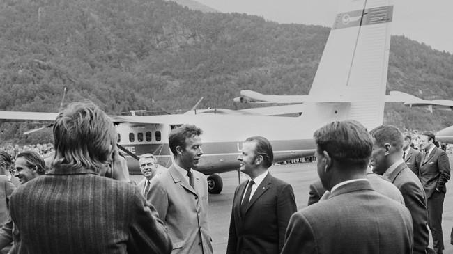 Frå opninga av vestlandsrutene til Widerøe 30. juni 1971. Samferdsleminister Reiulf Steen har landa med Twin Otter-flyet og blir ynskt velkomen av ordførar Reidar Tveit. Foto: Dagfinn Reiakvam.