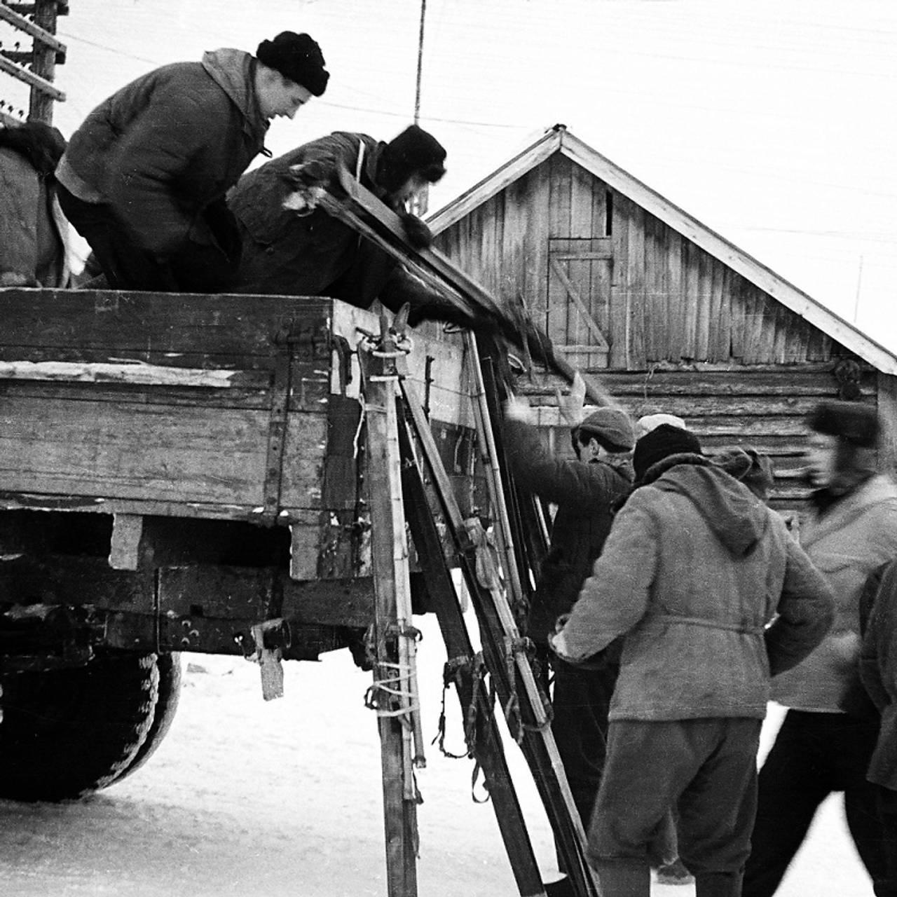 Studentene sitter på lastebil