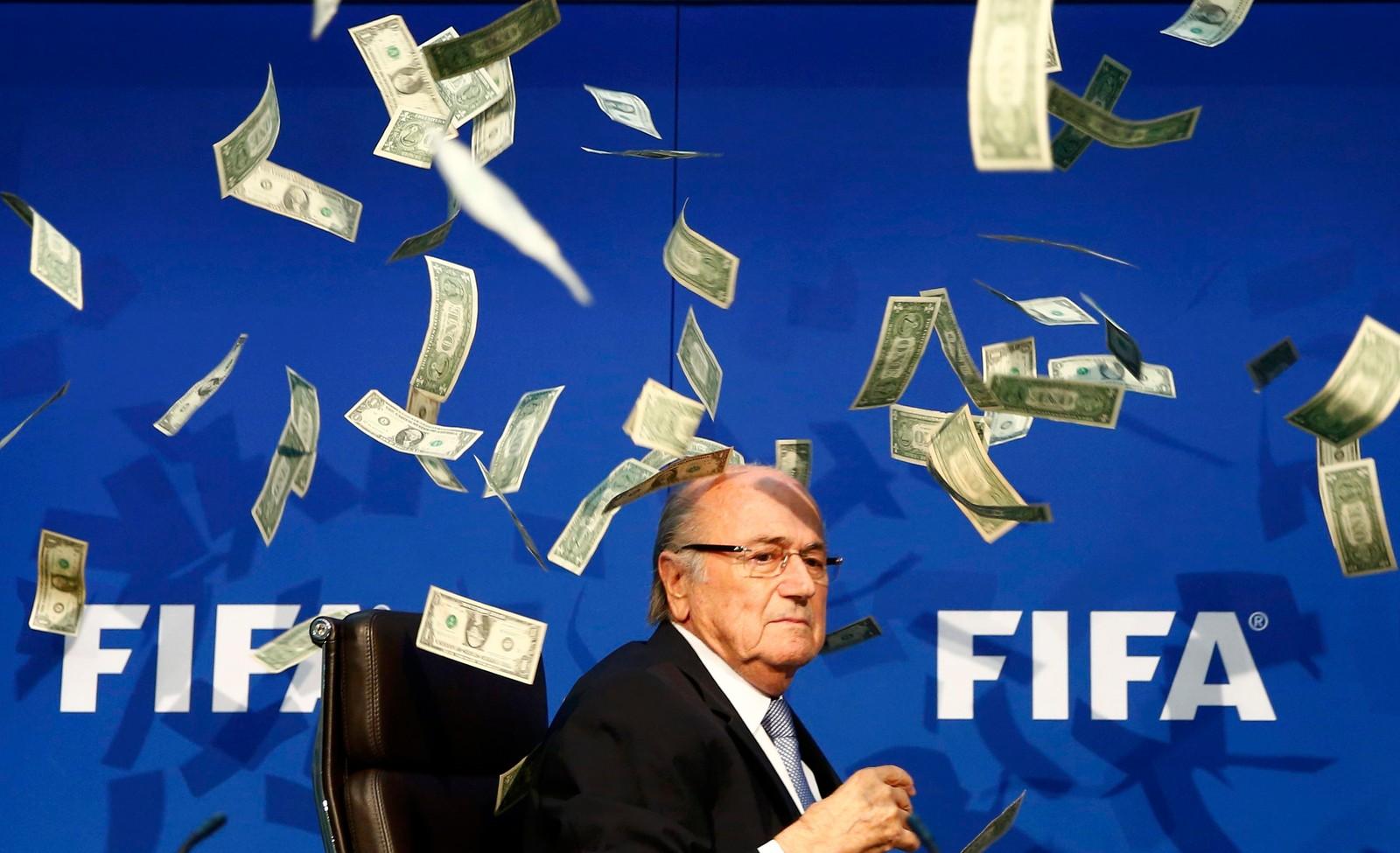 Den britiske komikeren Lee Nelson kastet pengesedler mot FIFA-president Sepp Blatter under en pressekonferanse om korrupsjonsanklagene i Zurich i juli.