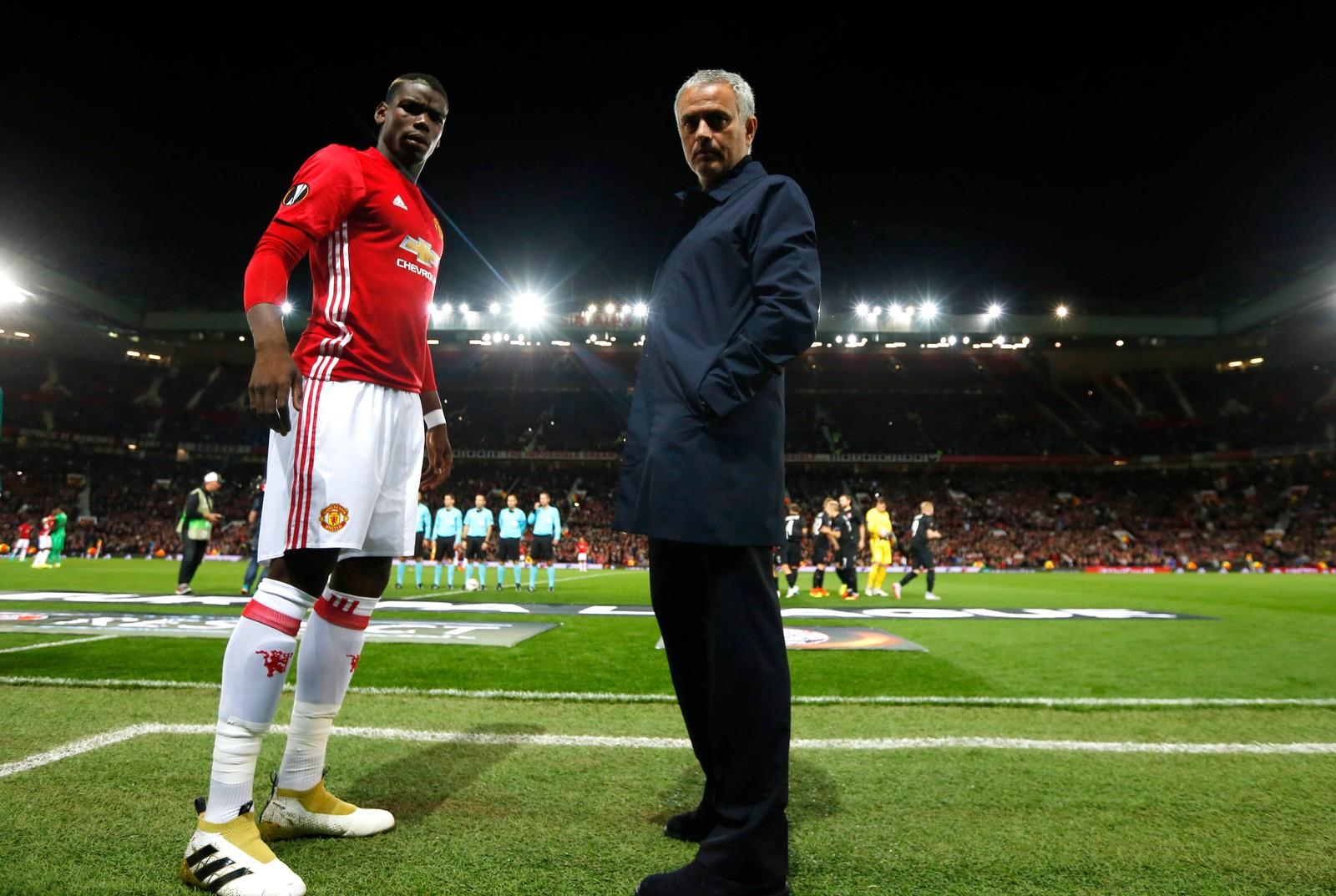 Hva er det du ser på!? Paul Pogba og José Mourinho før kampen mot mellom Manchester United og Zoya Luhansk på Old Trafford den 29. september.