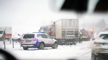 UHELL: Ein lastebilførar vart sittande fast etter at fleire lastebilar var involvert i ei trafikkulukke på E6 mellom Kløfta og Jessheim. To personar vart sendt til sjukehus og fleire til legevakta etter ulukka.