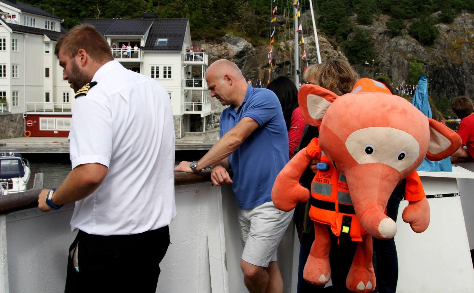 Mannskapet har sett ut ekstra personell for å holde øye med staken. Både Kringkastingssjef Thor Gjermund Eriksen og Fantorangen deltar.