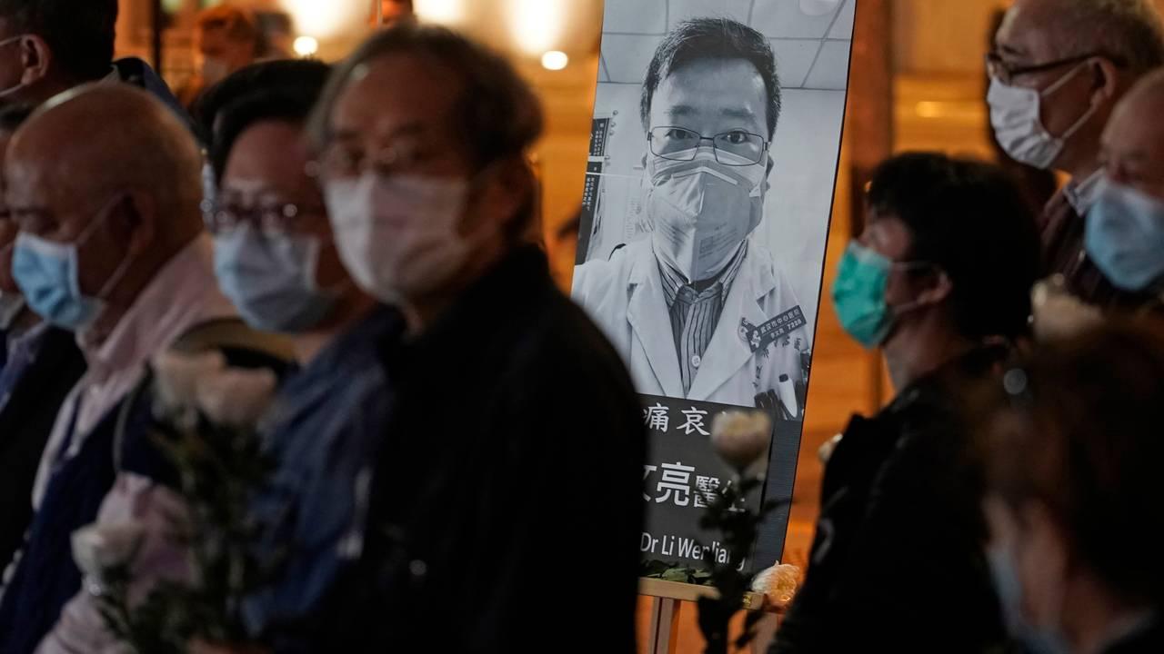 De fremmøtte hadde på seg munnbind under en minnevake for Li Wenliang i Hongkong, 7. februar.