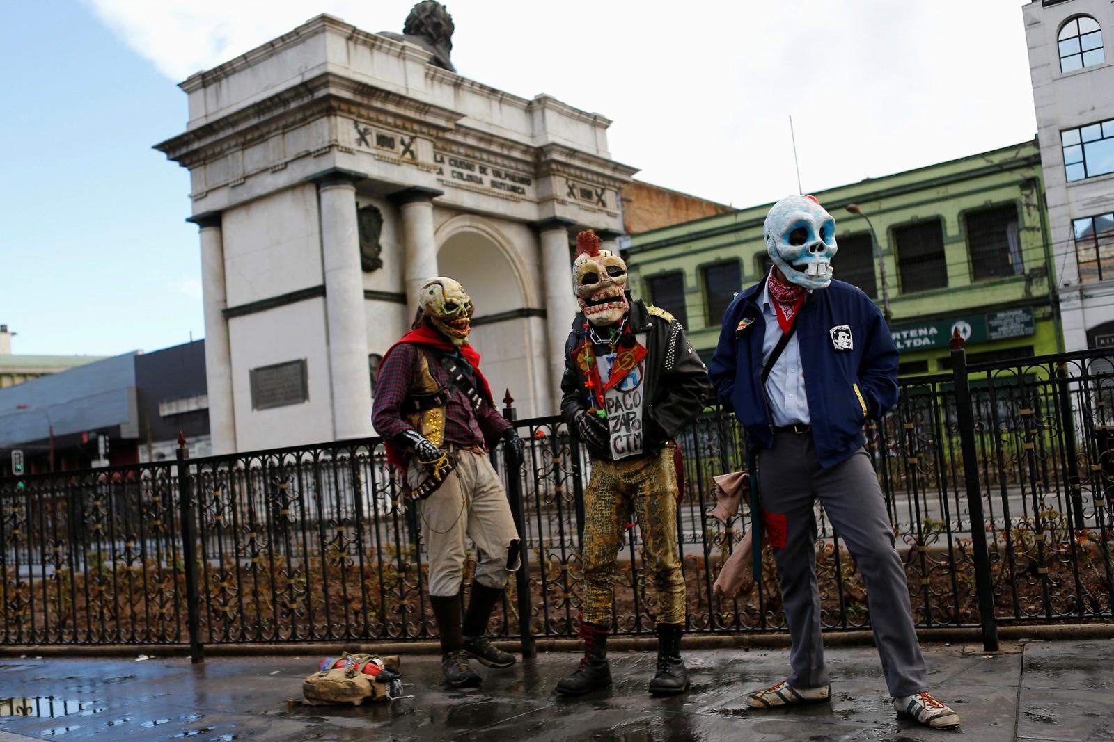 DEMONSTRASJON 1: Demonstranter iført hodeskallemasker utenfor nasjonalforsamlinga i Valparaiso. Chile. De mener regjeringa bruker for lang tid på å gjennomføre reformer som blant annet vil gi rett til gratis utdanning.