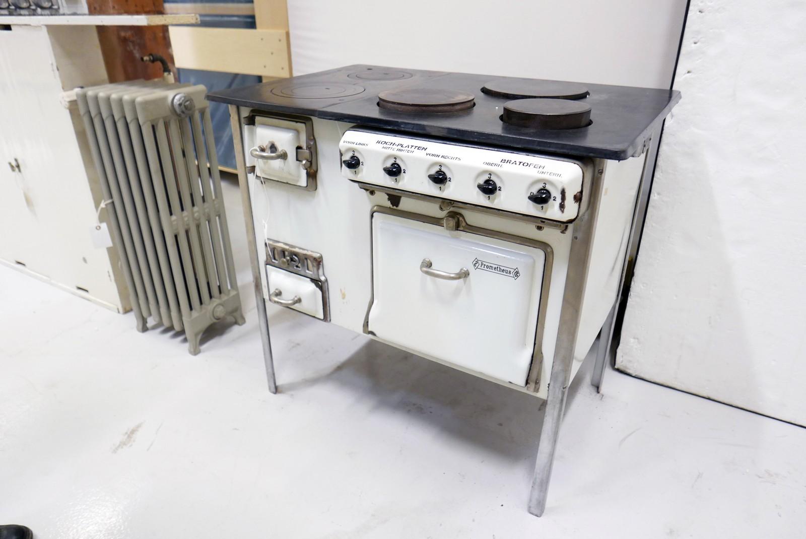 Komfyren hadde både elektriske kokeplater og stekeovn, men kunne også gå på kull.