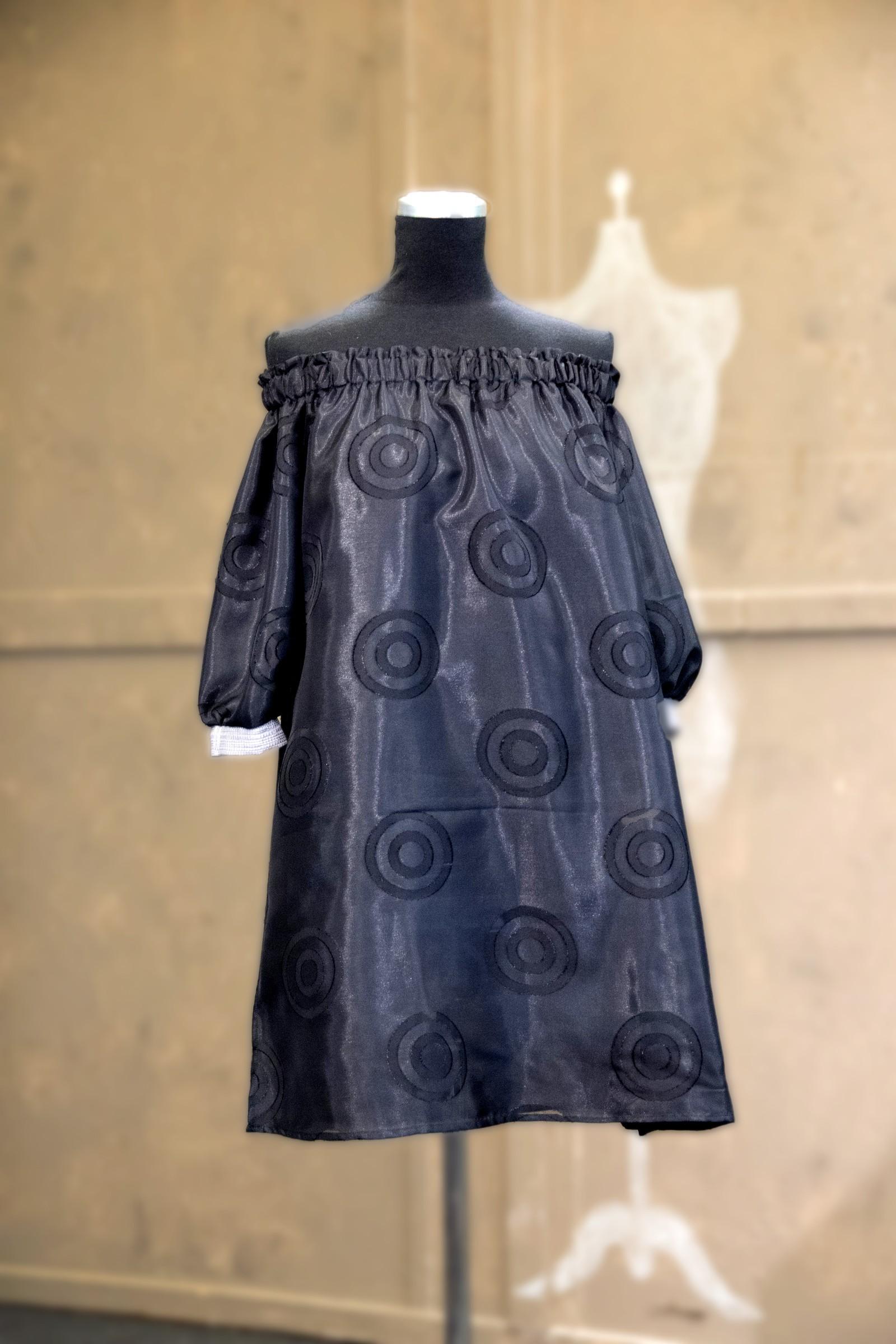 Trudie sin bluse var annerledes enn de andre sin. Hun hadde valgt å sy blusen sin i et vanskelig stoff. Blusen var lik foran og bak.