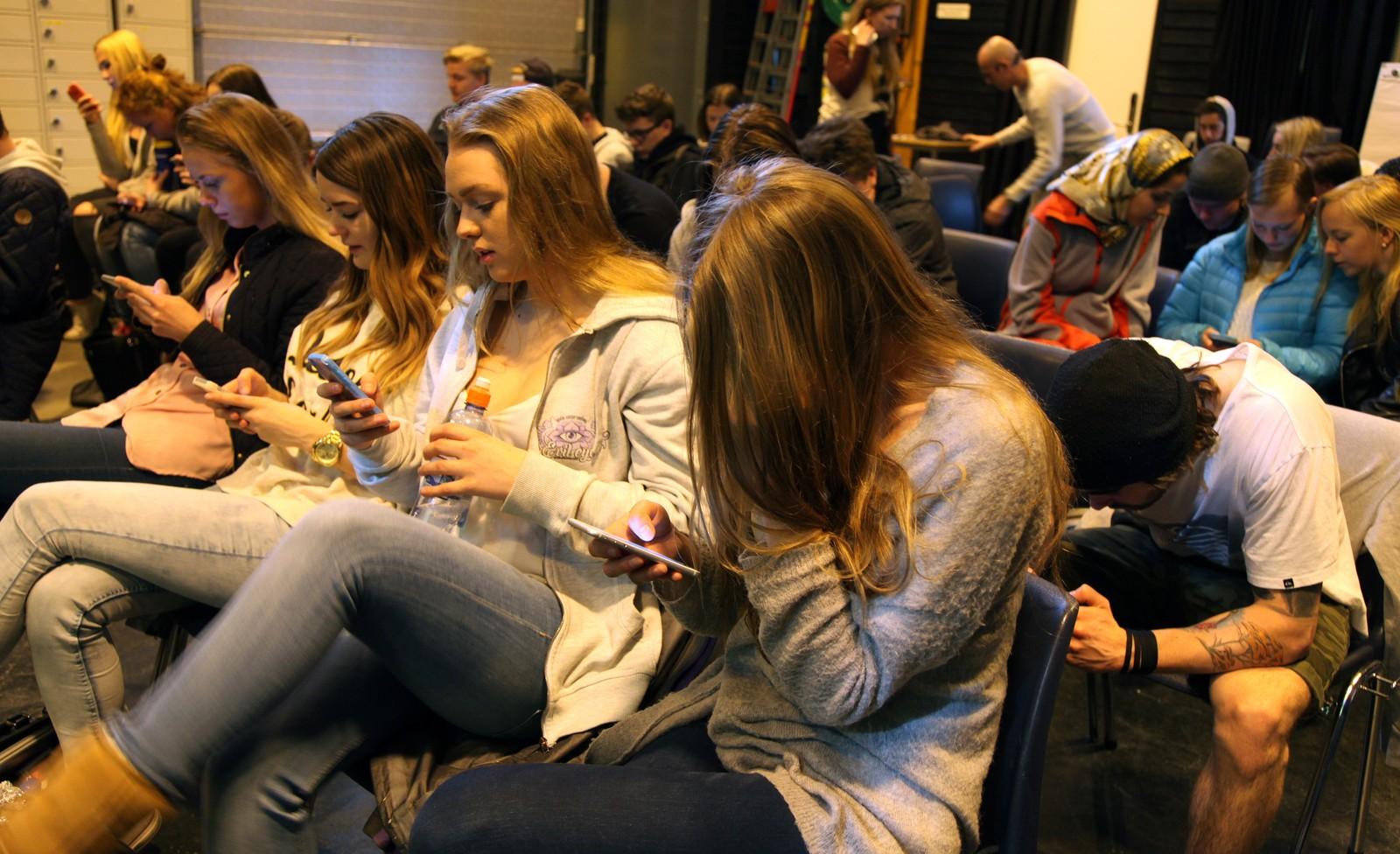 Når vi er stresset stiger stresshormonet kortisol , og da får vi ikke med oss en dritt, vi klarer ikke å huske noe eller konsentrere oss, minnet Wedde om før elevene gikk inn i mobilappen.