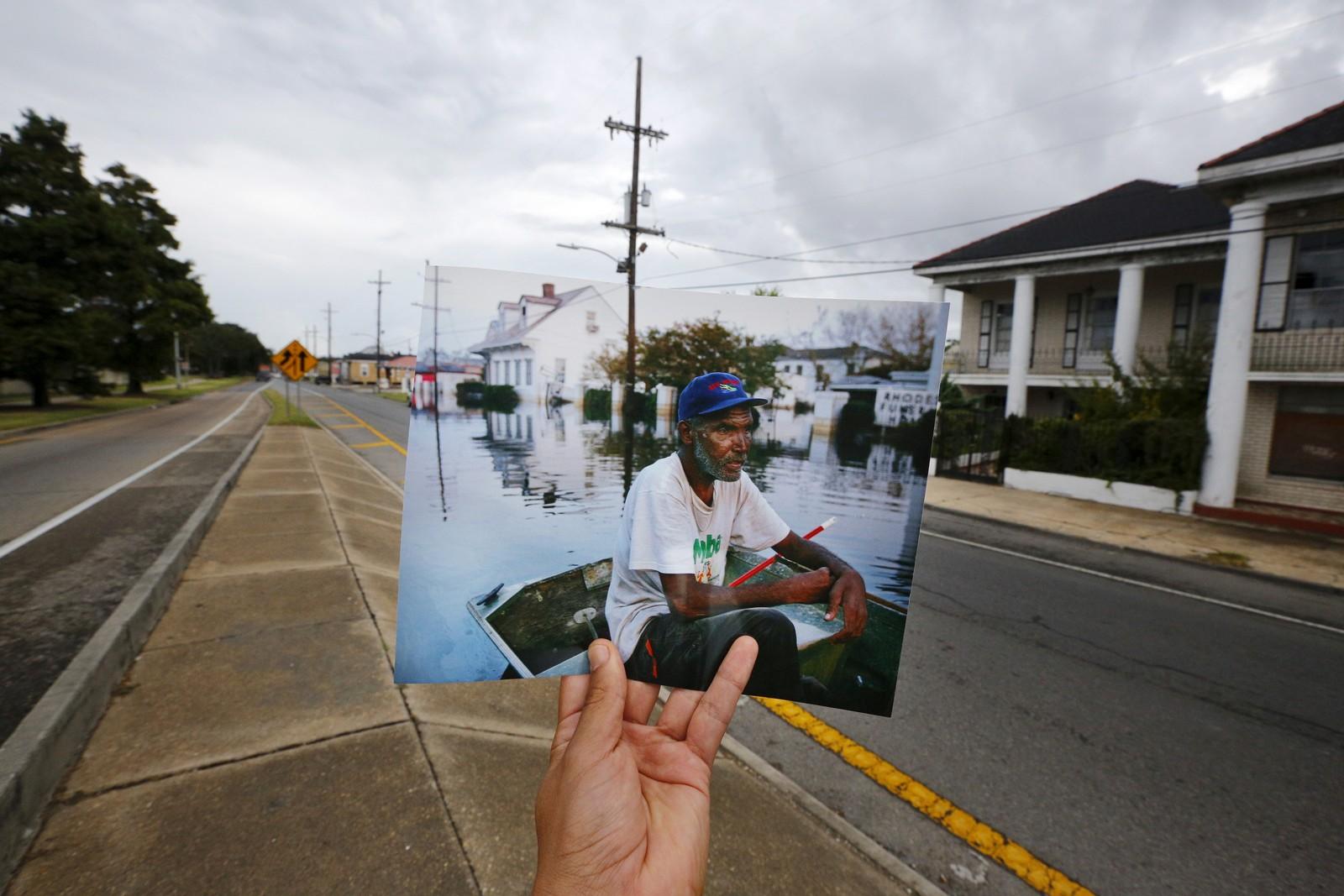 Fotograf Carlos Barria holder opp et fotografi tatt på samme sted i New Orleans for 10 år siden. Denne uka var det 10 år siden orkanen Katrina traff byen. Over 1800 mennesker mista livet, og rundt én million mennesker flykta fra byen, som ble oversvømmet.