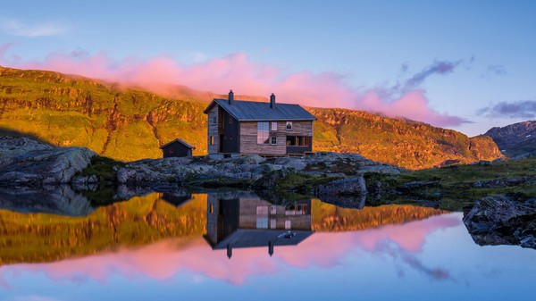 Gullhorgabu - DRISTIG: Med sin moderne arkitektur skil Gullhorgabu seg frå dei fleste andre DNT-hyttene. - Foto: Espen Haagensen