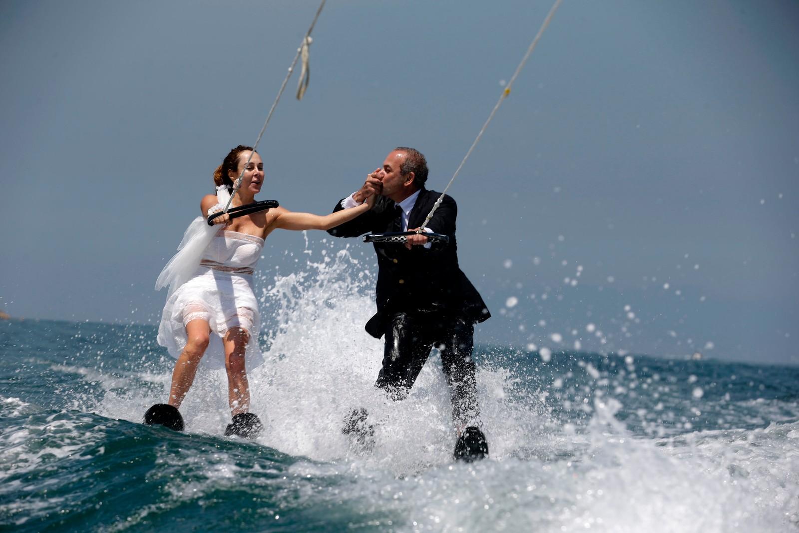 Libanesiske Tommy og Nadine ble neppe født med vannski på beina, men valgte å feire giftemålet med tur i det våte element.