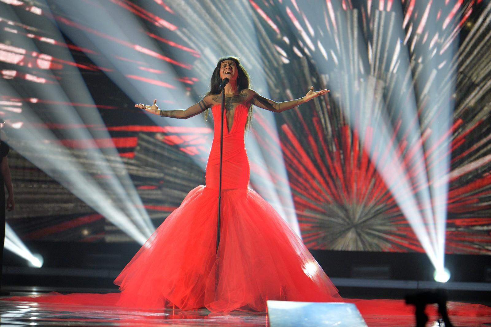 Aminata fra Latvia framfører «Love Injected» i kveld som artist nummer ti. Her fra onsdagens kostymeprøver.