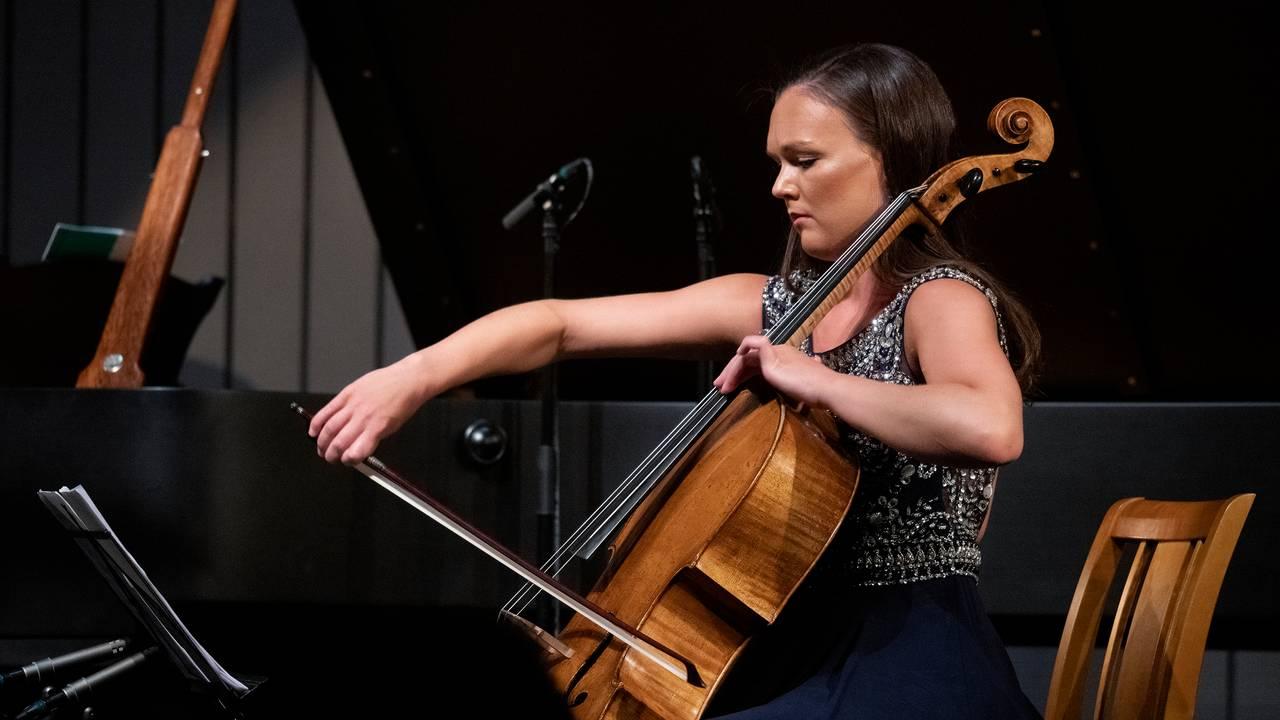 Sandra Lied Haga (cello) under en konsert på Rosendal kammermusikkfestival 2021 den 6. august. Stykket som ble fremført var Antonín Dvořák: Pianotrio nr. 4 i e-moll, op. 90 «Dumky».