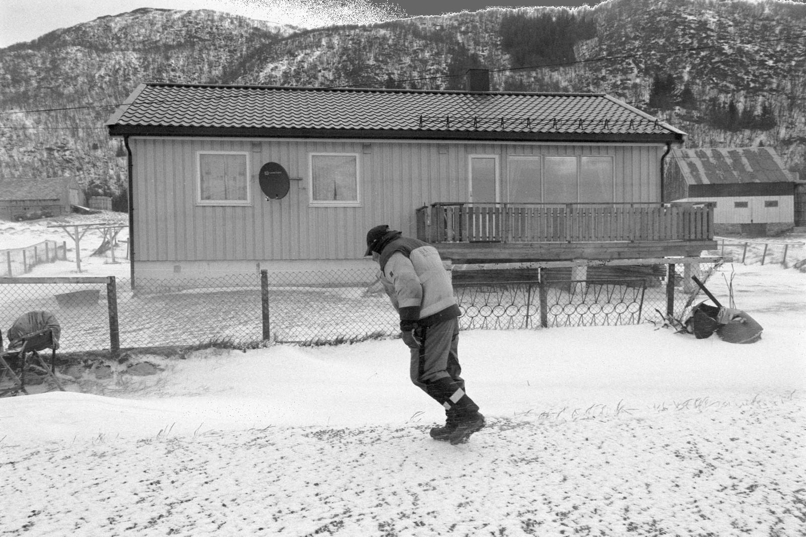 1. premie dokumentar Norge: Tussøy ligger på yttersiden av Troms og har en håndfull fastboende. Det er stor uenighet om hvor mange innbyggere det er på øya. Noen mener det er fem innbyggere, noen sier det er sju og andre igjen vil hevde de er ni. På femtitallet var folketallet rundt seksti, men gradvis flyttet folk nærmere skole, jobb og en mer praktisk hverdag.  Juryens begrunnelse: Dette er årets overraskelse. Vi lar oss imponere over fotografer som står i slike langvarige prosjekter. Ofte savner vi samtidsdokumentasjon fra eget land, spesielt i en tid der vi trekkes bort fra bygda og inn til byene. Dette er klassisk reportasjefotografi som dokumenterer norsk kultur og landskap på en grundig måte. Fotografen har turt å holde på sitt eget bildespråk gjennom hele historien. Det er snø og kulde, men vi føler varmen – vi har lyst til å være der. Fotografen er på innsiden, og vi er der med henne.