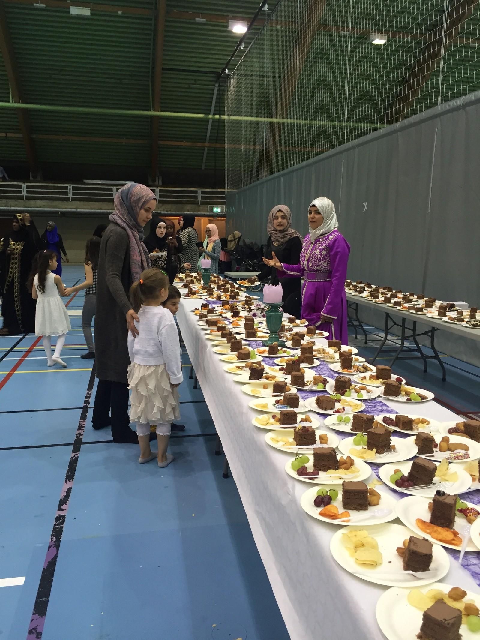 Etter at fellesbønnen og talen var over, var det tid for kaffe og kaker i Tromsøhallen.