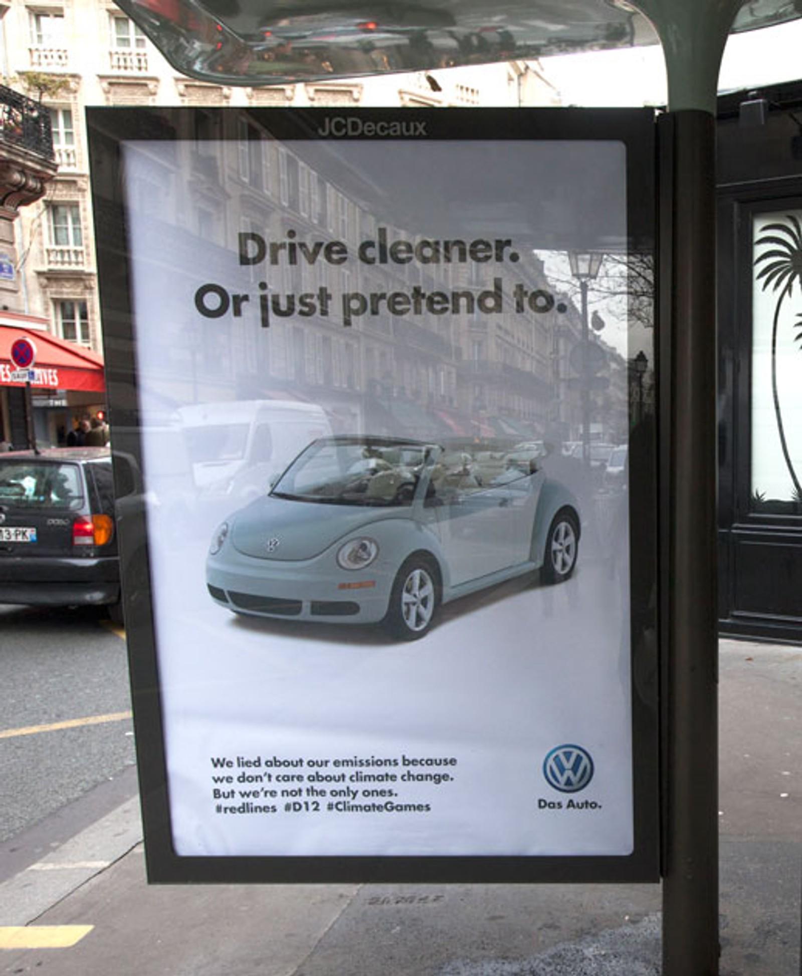 STIKK: Dette stikket fra Brandalism til Volkswagen kan sees i Paris' gater under klimaforhandlingene.