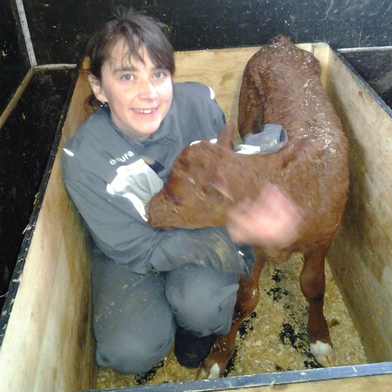 Ulrika Sandén med en kalv.