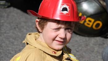 En liten brannmann på Youngstorget 1. mai