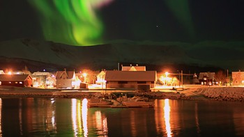 Nordlys ved Risøyhamnbrua i Andøy