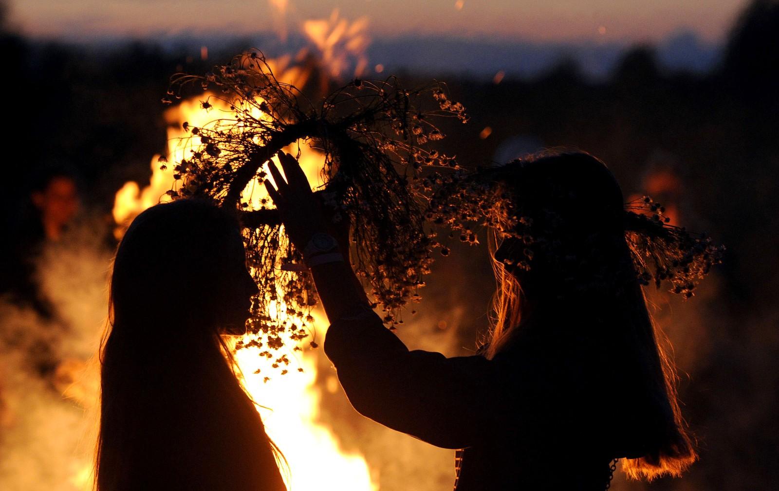 To jenter feirer Ivan Kupala i Turov i Ukraina. Ivan Kupala er en tradisjonell midtsommerfest som feires natten mellom den sjette og syvende juli.