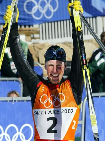 En jublende Johann Mühlegg etter å ha gått i mål på tremila i 2002-OL.