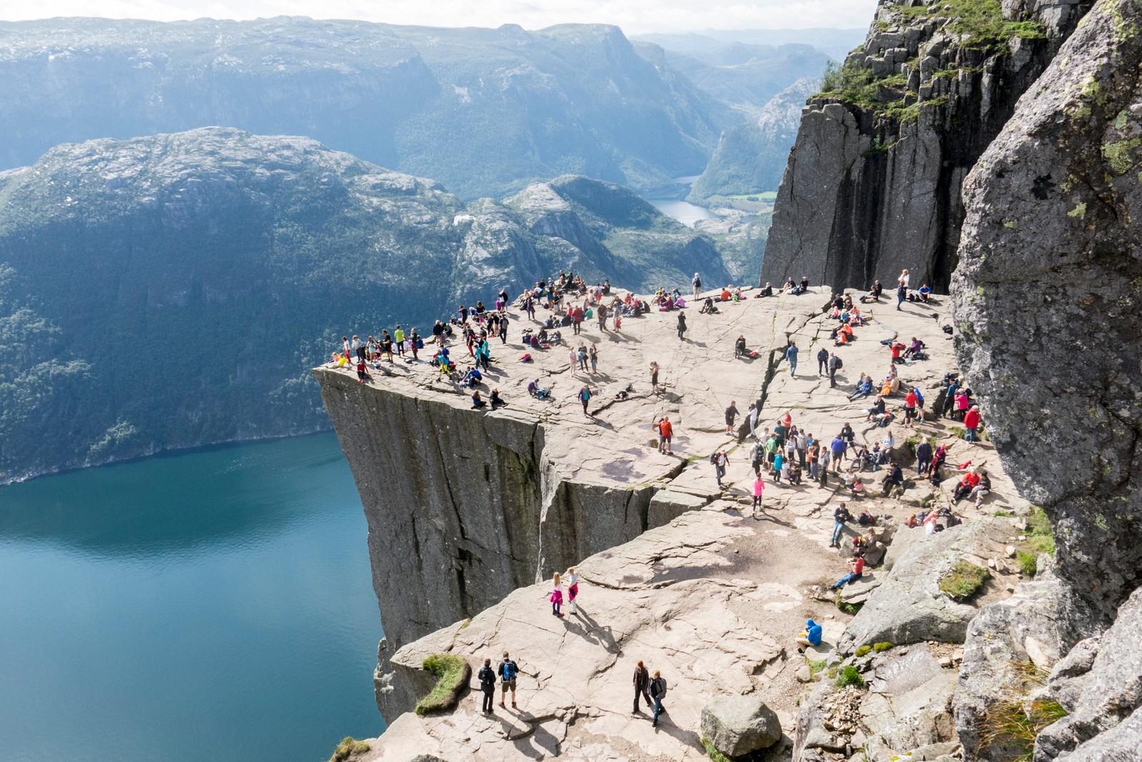 Turister på fjellplatået Preikestolen ved Lysefjorden i Forsand kommune i Rogaland.