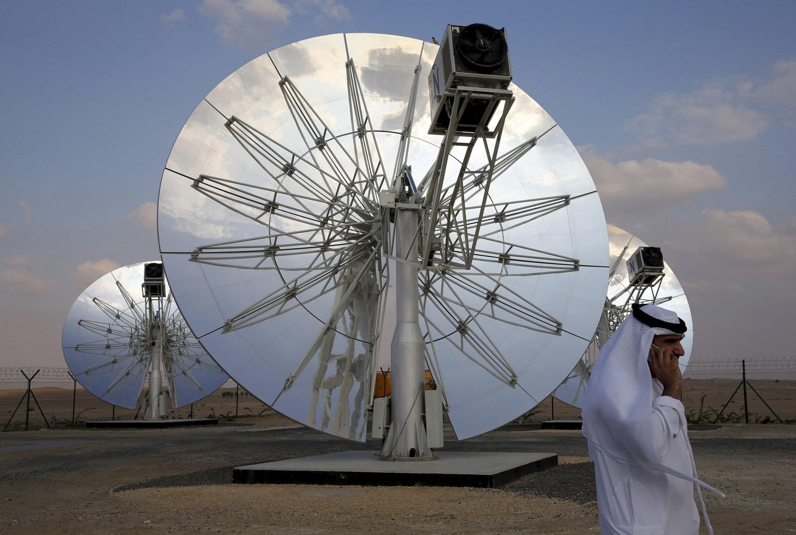 Myndighetene i UAE, har bestemt at Emiratene skal bruke milliarder av dollar på ren energi, slik som disse solcelle-panelene, plassert i Dubai. Innen 2030 skal alle bygninger i byen, som ligger i et av verdens varmeste områder, ha solceller på taket.