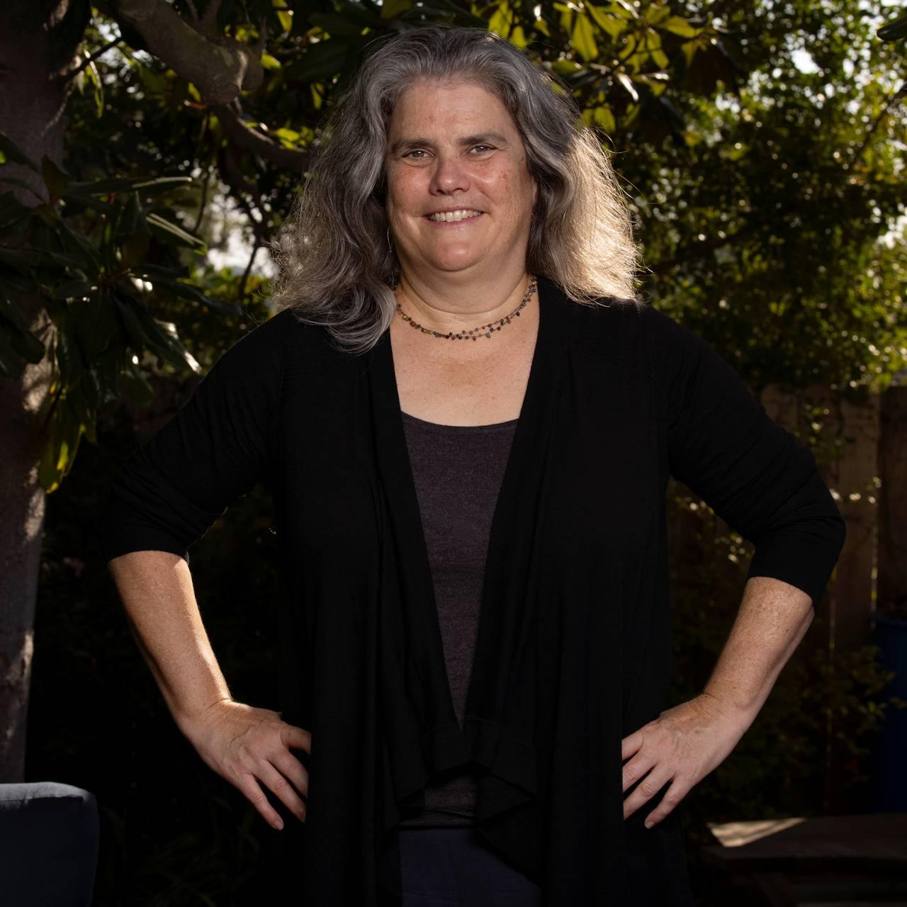 Andrea Ghez, professor i Astrophysics på Universitet i California, Los Angeles, poserer i bakgården i forbindelse med nobelprisen 2020