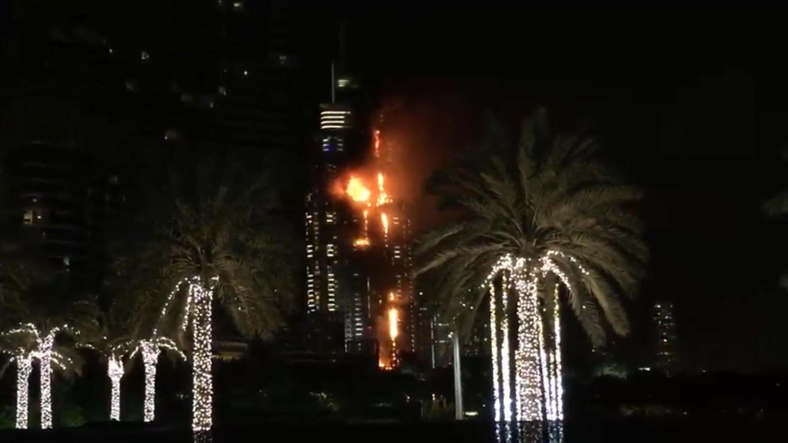 Myndighetene i De forente arabiske emirater melder at nyttårsfeiringen skal gå som normalt med fyrverkei, til tross for storbrannen i Address Hotel nyttårsaften.