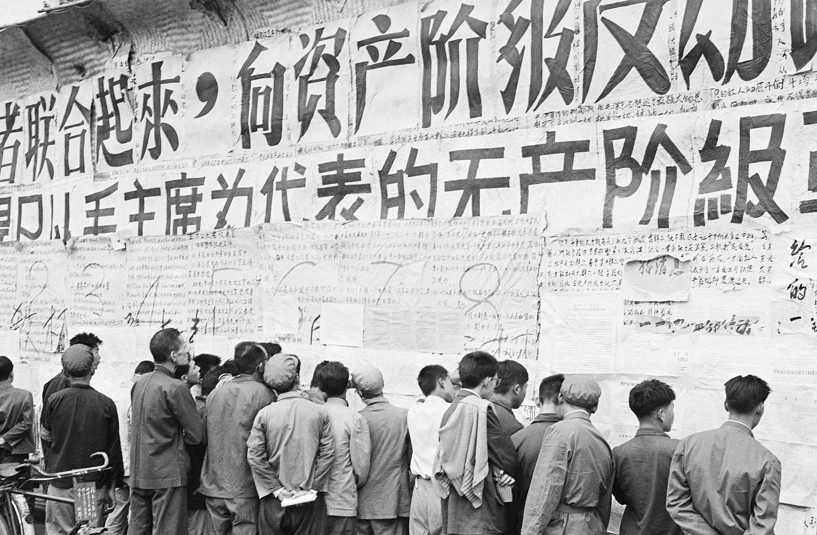 Veggaviser i Beijing Veggavisene var en av de viktigste måtene kineserne under kulturrevolusjonen fikk vite hva som var den rette politiske linjen. Her leser innbyggere i Beijing veggaviser 1. november 1967.