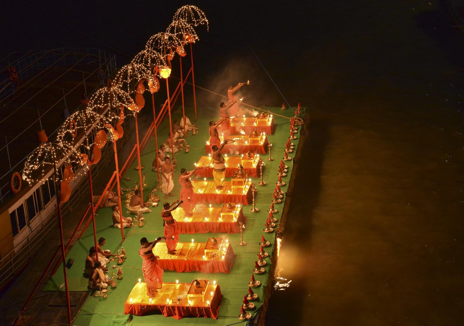 Hindu-prester i bønn. «Aarti» kalles bønnen de utfører under den religiøse festivalen Maha Pushkaralu, som arrangeres hvert 144. år (!).