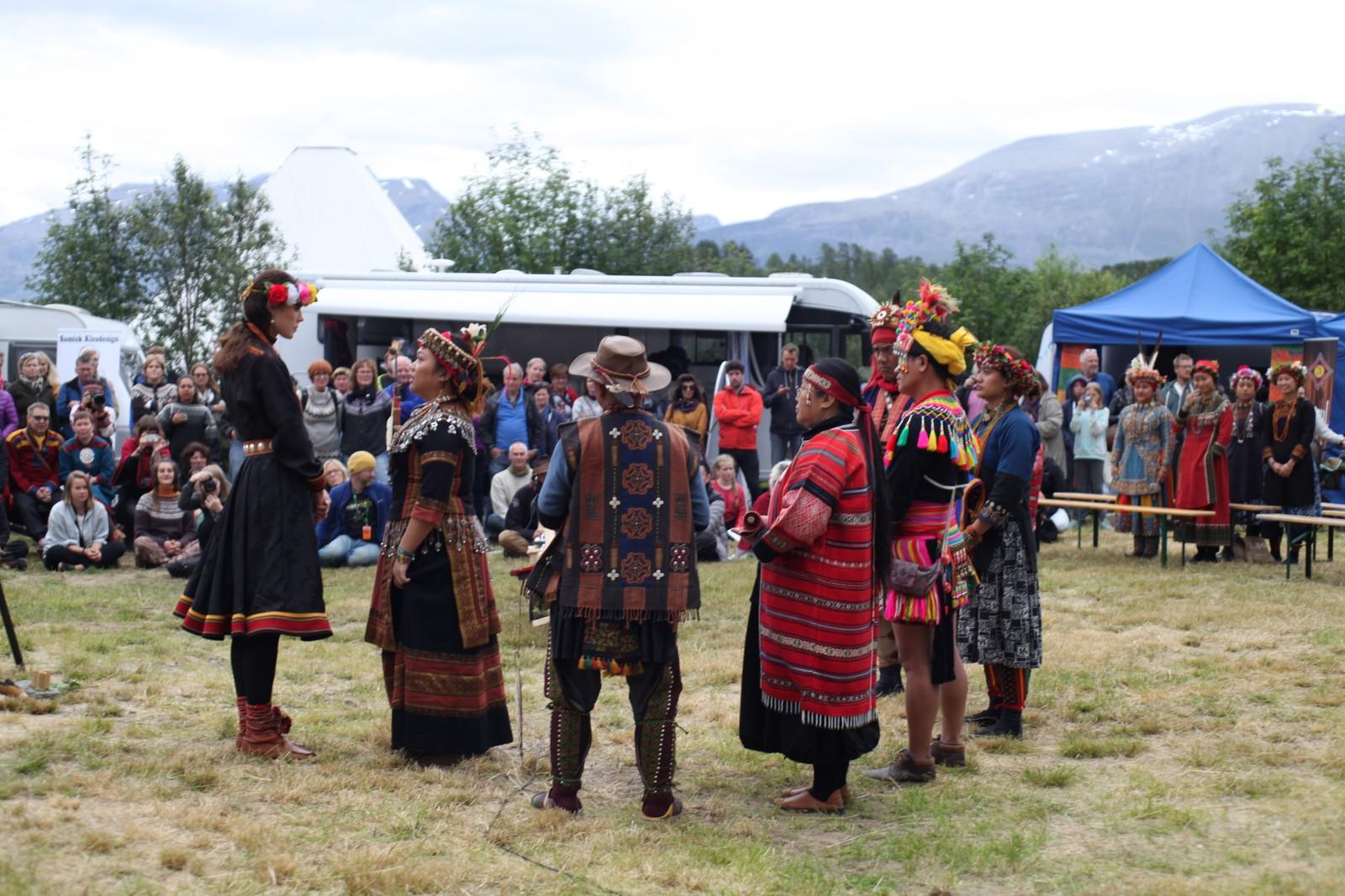 Festivalsjef Karoline Trollvik ble overrakt mange gaver fra årets nordlige folk, blant annet en tradisjonell blomsterkrans rundt hodet.