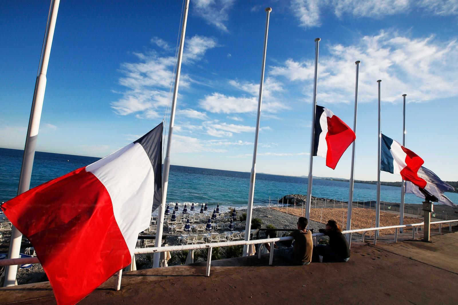 Flaggene varier på halv stang på strandpromenaden i Nice. Presidenten har erklært tre dagers landesorg.