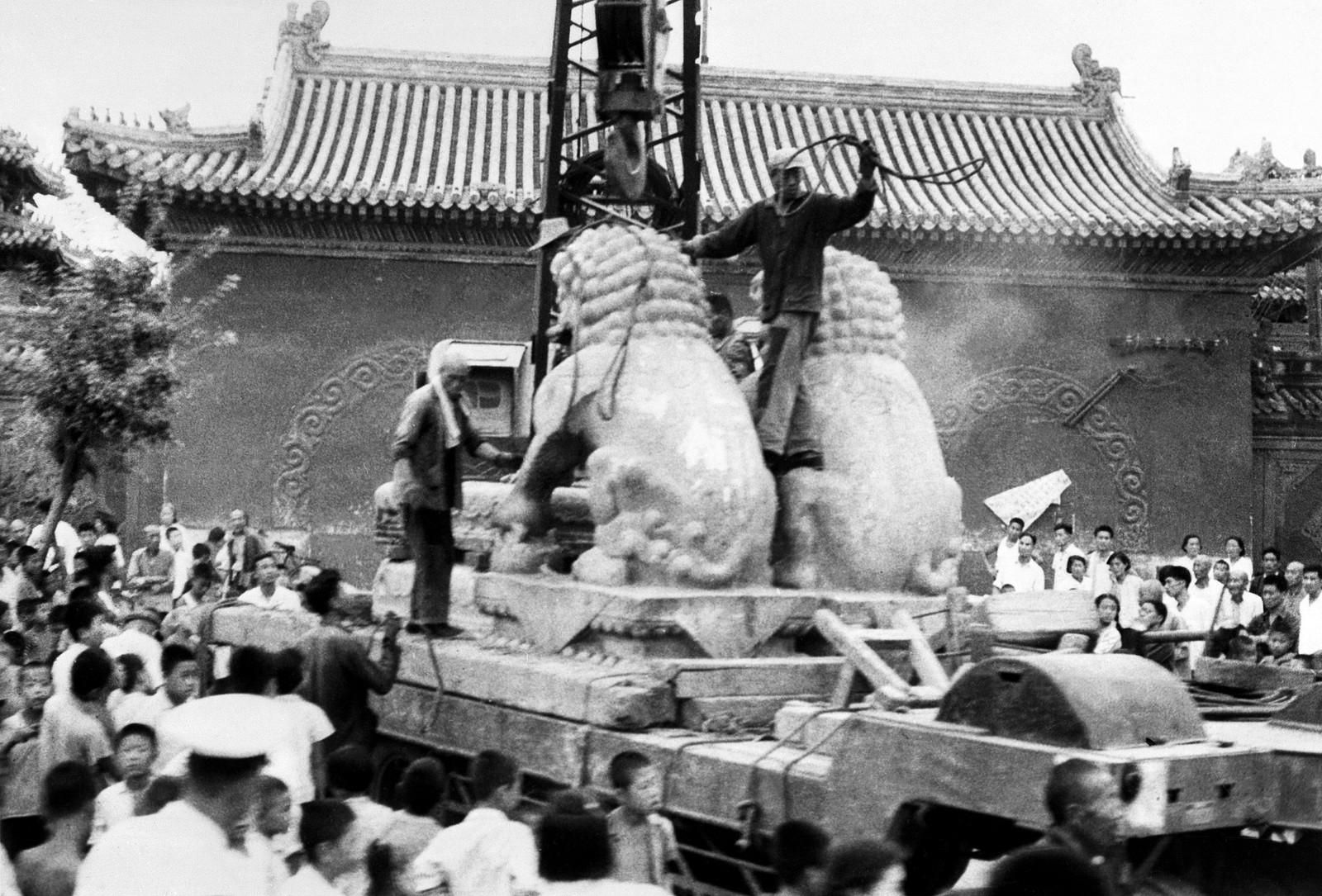 Rødegardister fjernet 25. august 1966 to antikke stenløver fra en bygning i Beijing. Over hele Kina ble tusenvis av antikke gjenstander fjernet og ødelagt under kulturrevolusjonen.