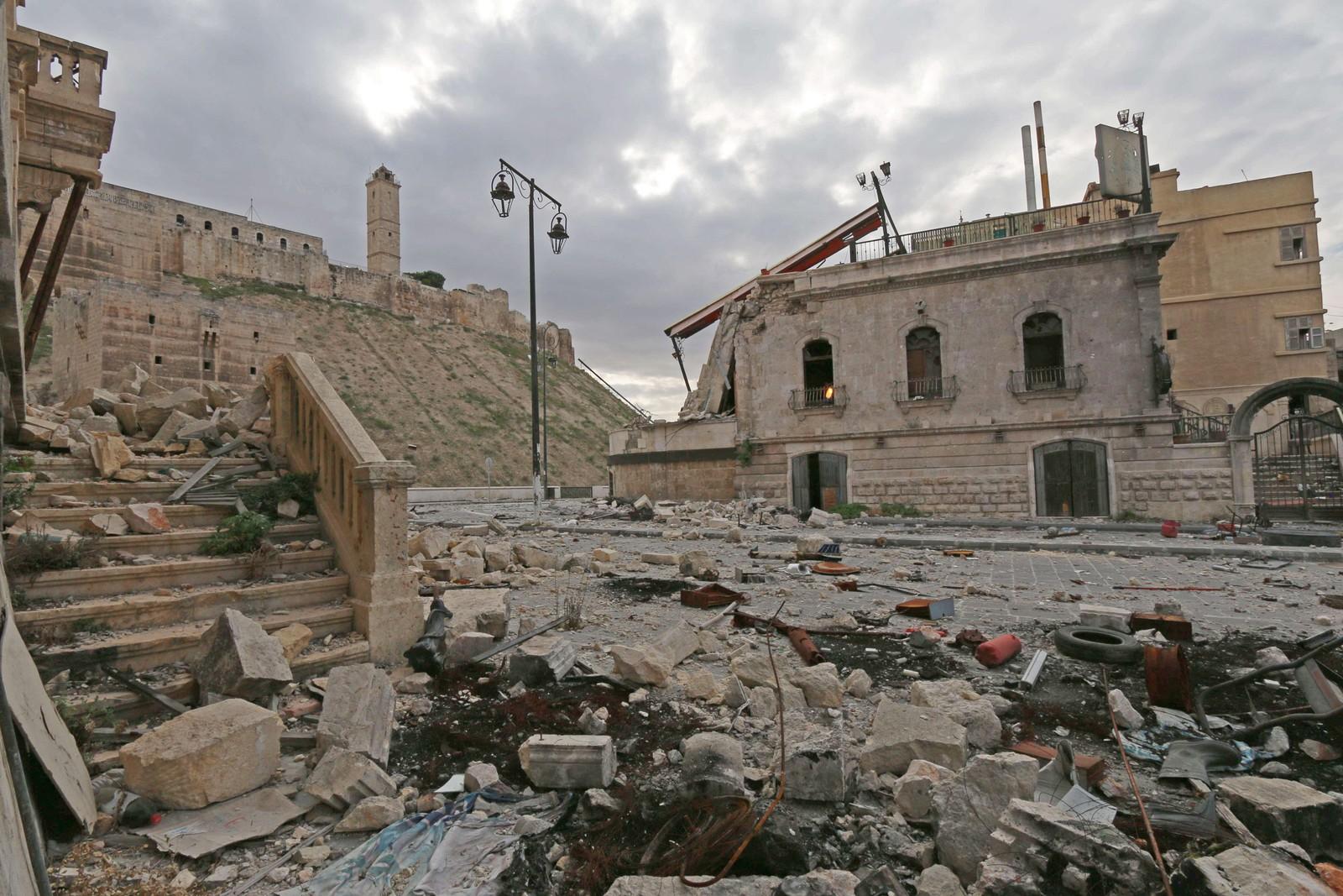 Store skader på verneverdige bygg ved den gamle festningen i byen Aleppo i Syria.