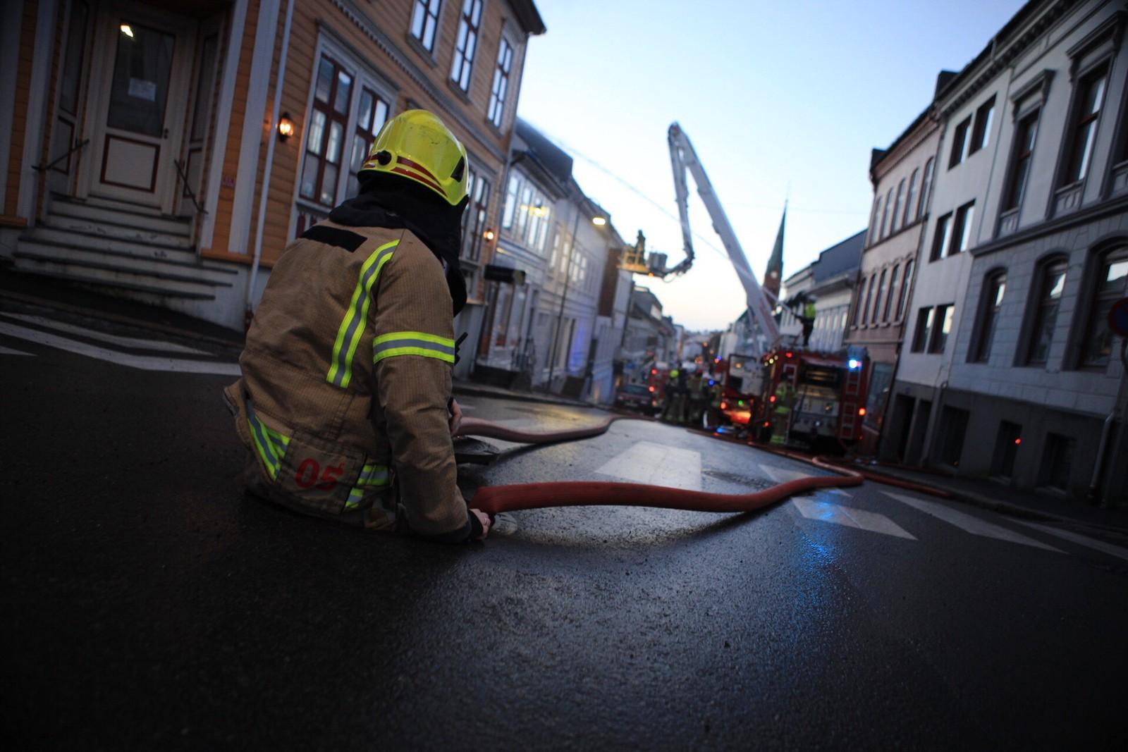 Ifølge Terje Rømyr som er operatør ved 110-sentralen i Agder, ble alt brannmannskap som var tilgjengelig sendt til slukningsarbeidet i Arendal.