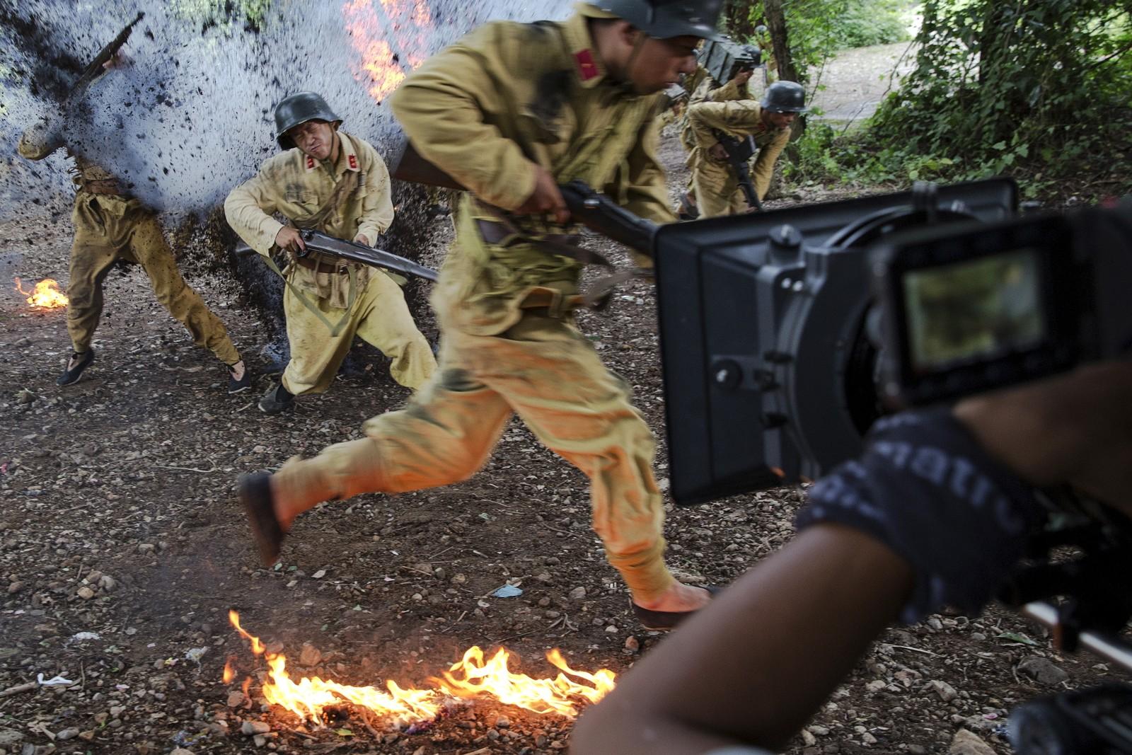 Soldater i kamp under filmingen av TV-serien The last prince, som tar for seg Qing-dynastiet. Over hundre skuespillere deltok, og de spaktakulære scenene ble ofte filma i én omgang.