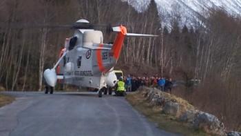 Sea-King helikopteret hentet mannen ned fra fjellet.