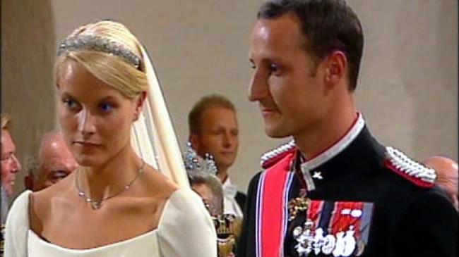25. august er det ti år siden kronprinsparet giftet seg i Oslo Domkirke.