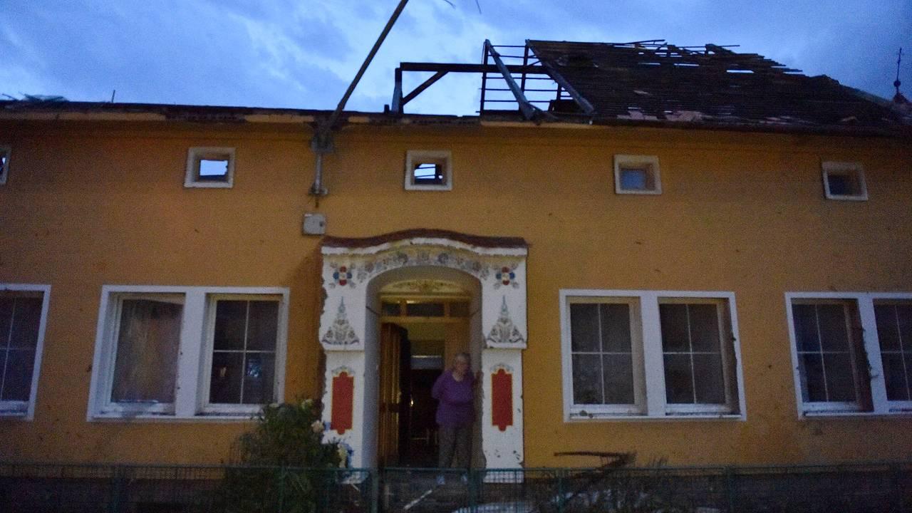 Et hus med store ødeleggelser etter at en tornado traff landsbyen Moravska Nova Ves