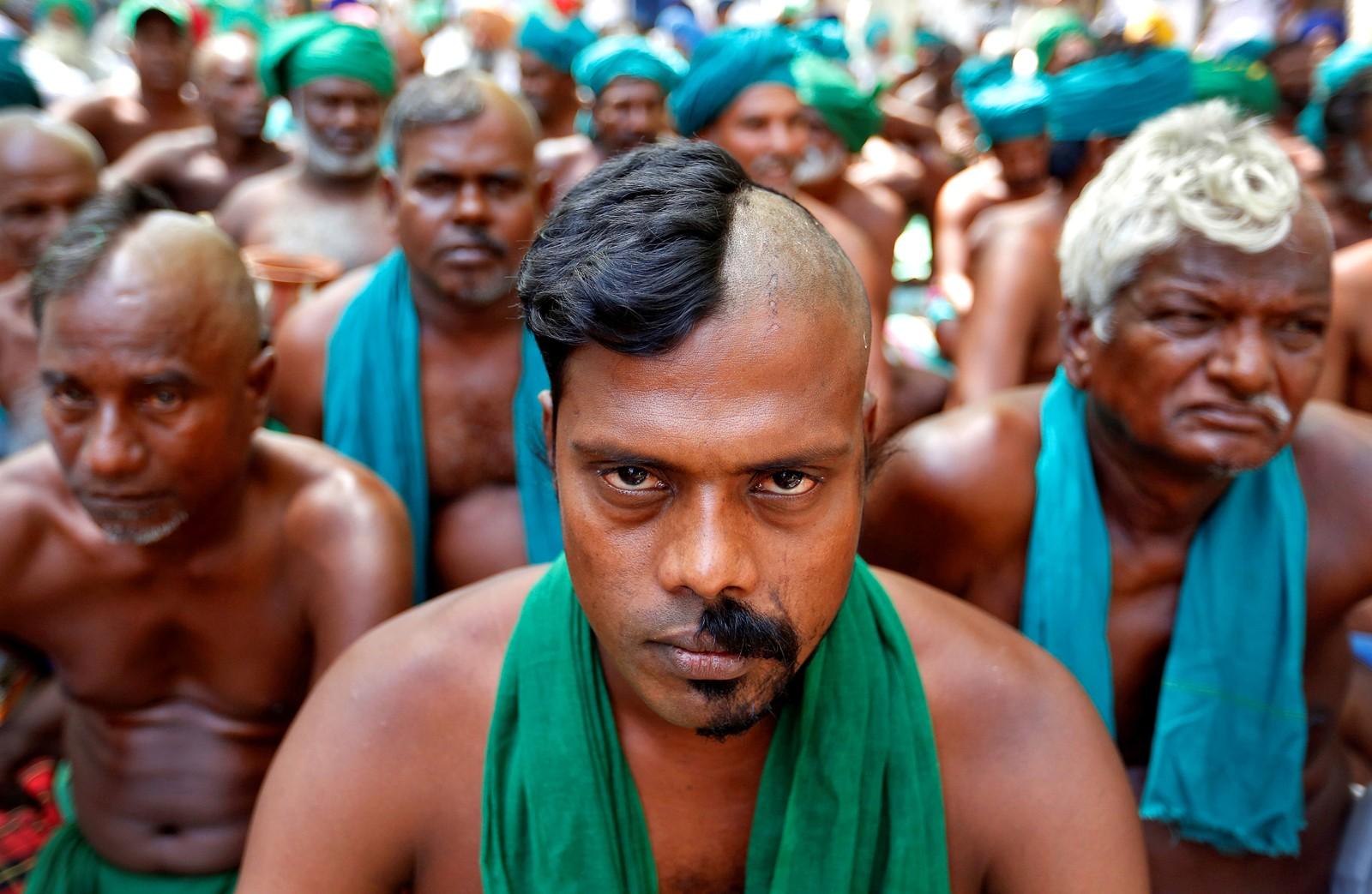 Bønder fra delstaten Tamil Nadu sør i India demonstrerer i New Delhi. De vil at myndighetene skal sette i gang tiltak for hjelpe mennesker i det tørkerammede området.
