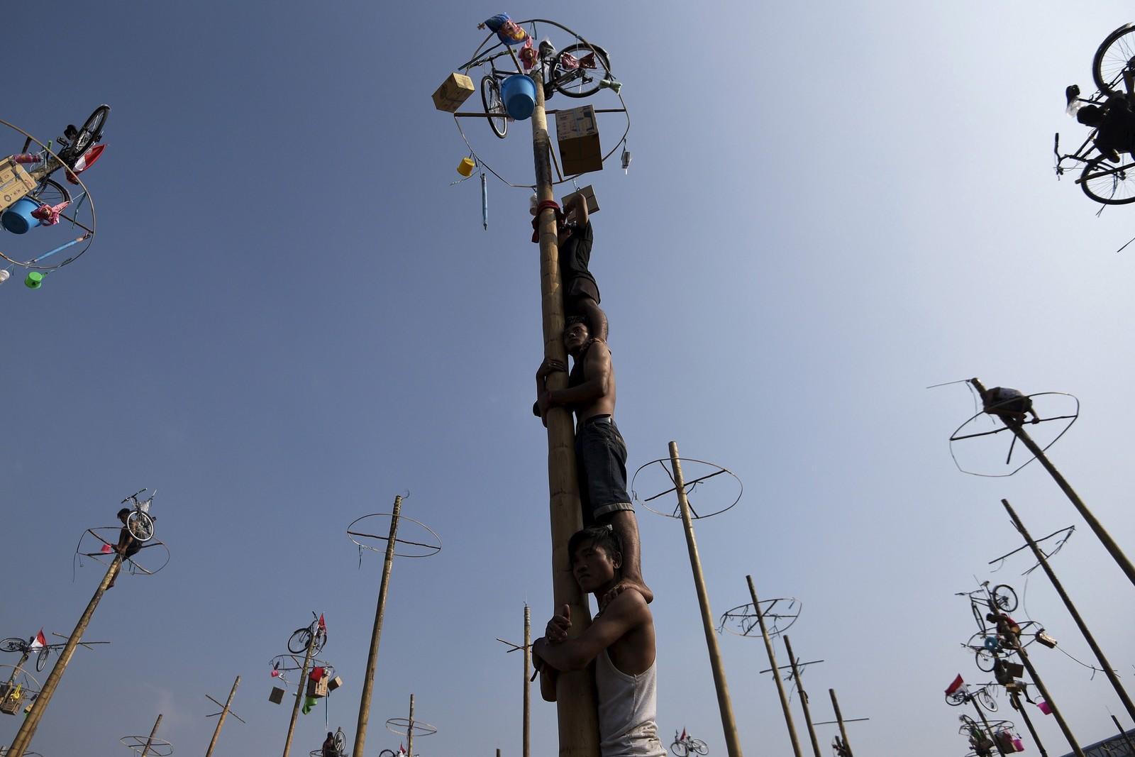 Indonesia feiret også 70 år med uavhengighet med spektakulære hendelser, som da disse mennene prøvde å klatre opp oljeglatte påler i Jakarta.