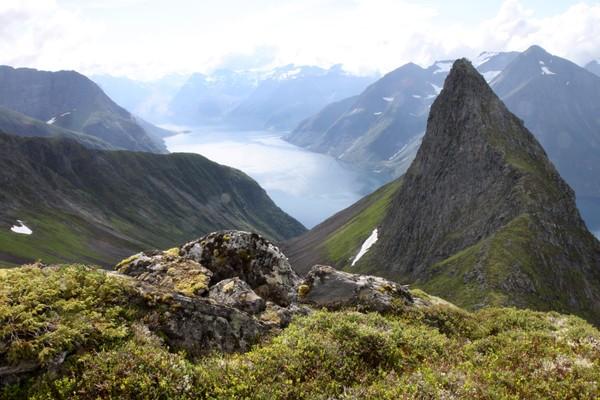Nes-Staven til høyre i bildet, Lekneset stikker ut i fjorden lenger inne. - Foto: Arild Eidset