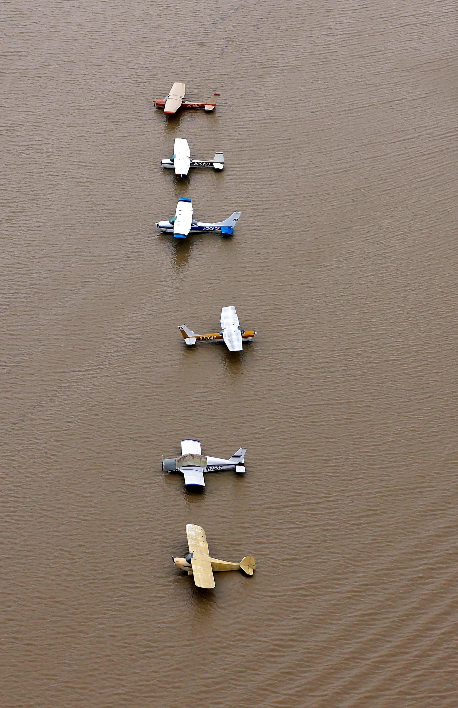 Nei, dette er ikke vannfly. Disse flyene står på en flyplass i Houston. Flommen var forårsaket av orkanen Harvey.